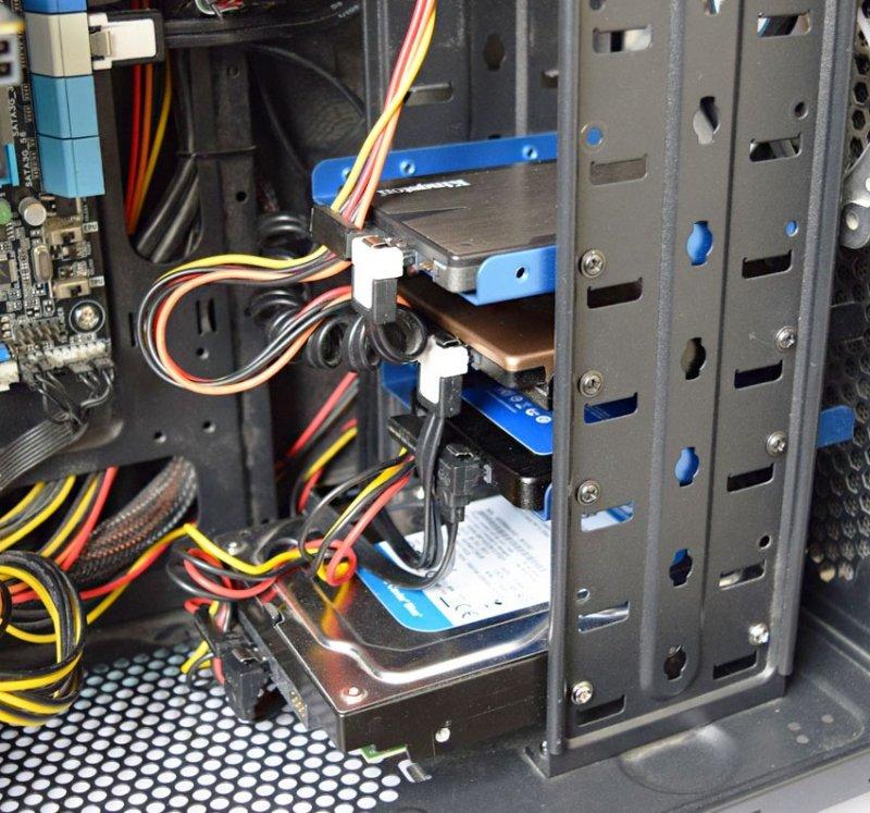 У Вас установлено две операционные системы на двух разных жёстких дисках, при удалении из компьютера одного жёсткого диска перестаёт запускаться Windows находящаяся на втором винчестере